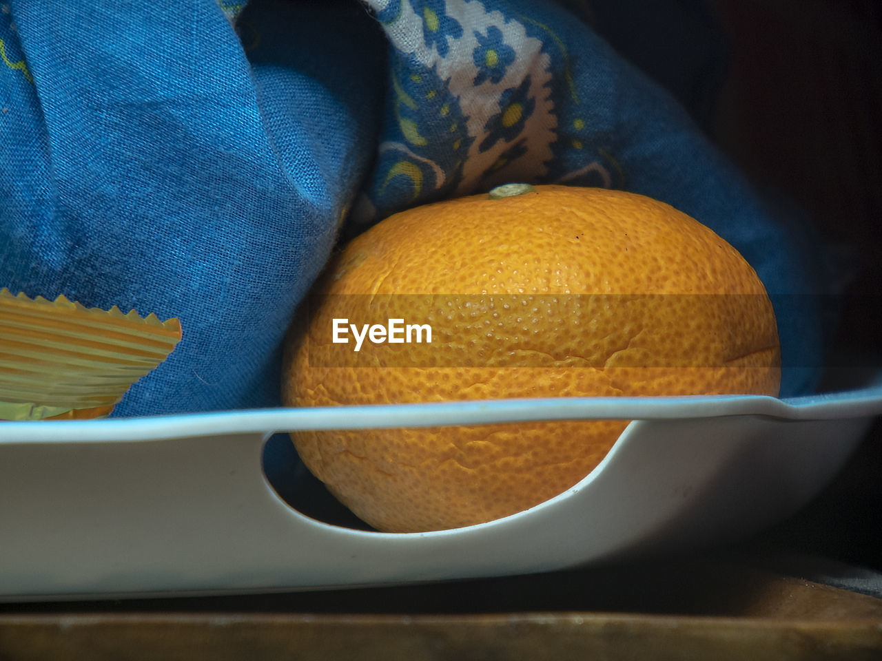 HIGH ANGLE VIEW OF ORANGE SLICES IN CONTAINER