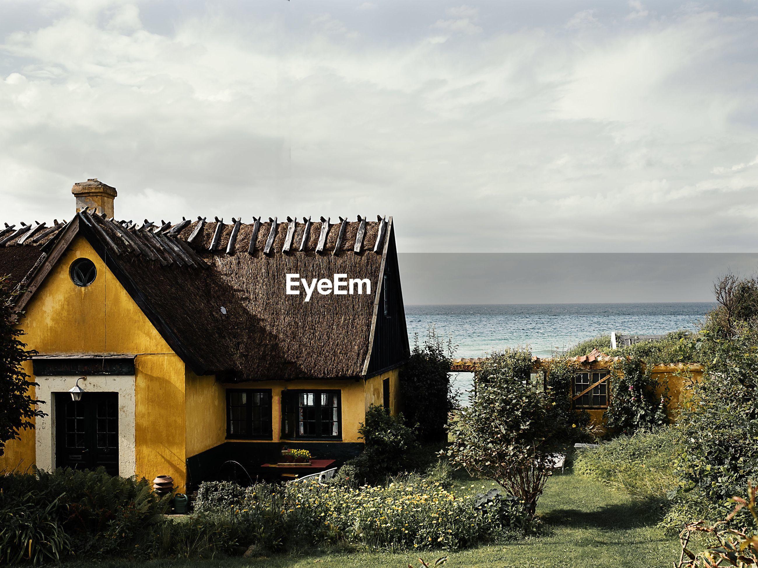 HOUSES AGAINST SEA