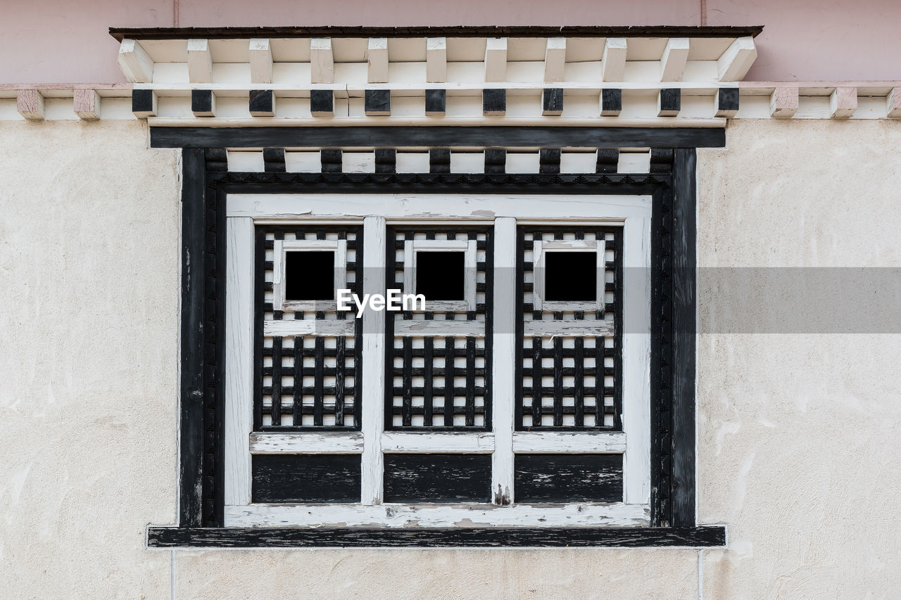building exterior, architecture, built structure, window, building, no people, day, residential district, wall - building feature, outdoors, wall, house, pattern, protection, city, security, safety, old, facade, shape, window frame, apartment