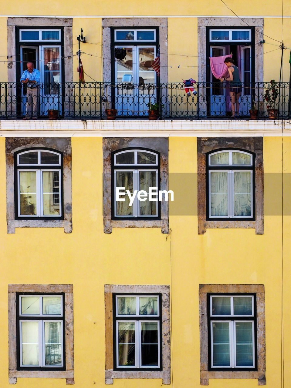 window, architecture, building exterior, built structure, yellow, day, residential building, outdoors, real people