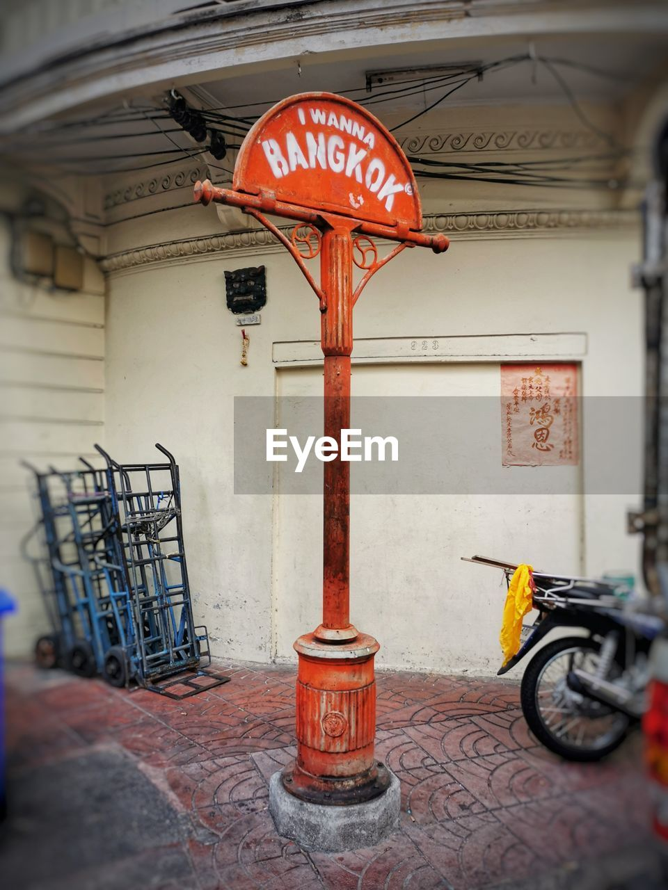 BICYCLE SIGN ON STREET AGAINST BUILDINGS