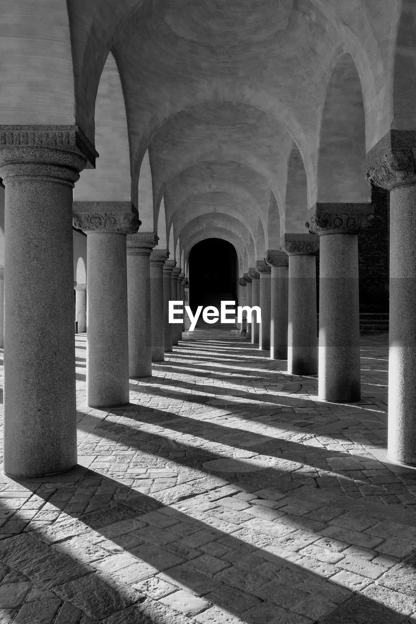 architecture, architectural column, arch, built structure, arcade, building, the past, history, the way forward, colonnade, direction, in a row, no people, corridor, indoors, diminishing perspective, repetition, empty, day, ceiling, ancient civilization, long