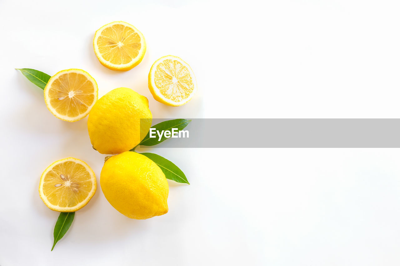HIGH ANGLE VIEW OF FRUITS IN GLASS