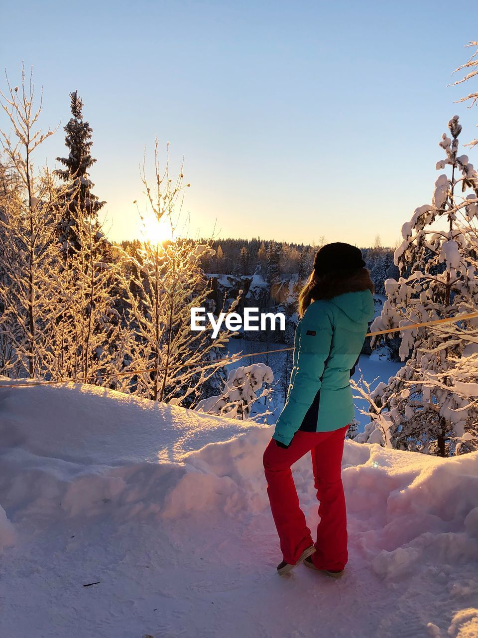 snow, winter, cold temperature, one person, real people, field, sky, leisure activity, lifestyles, land, full length, nature, beauty in nature, tree, women, rear view, plant, covering, clothing, warm clothing, outdoors, extreme weather, hairstyle