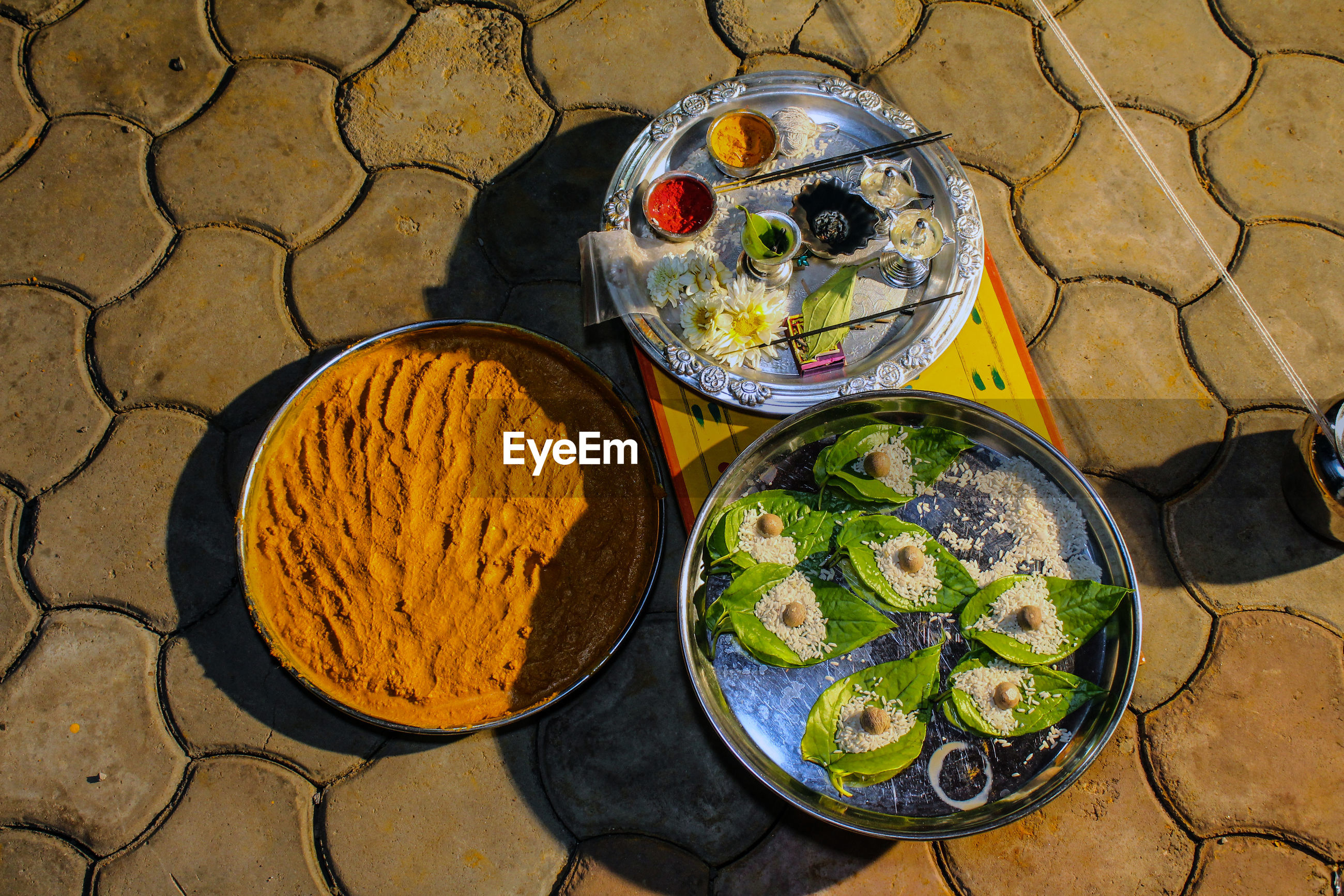 HIGH ANGLE VIEW OF FOOD IN CONTAINER ON TABLE