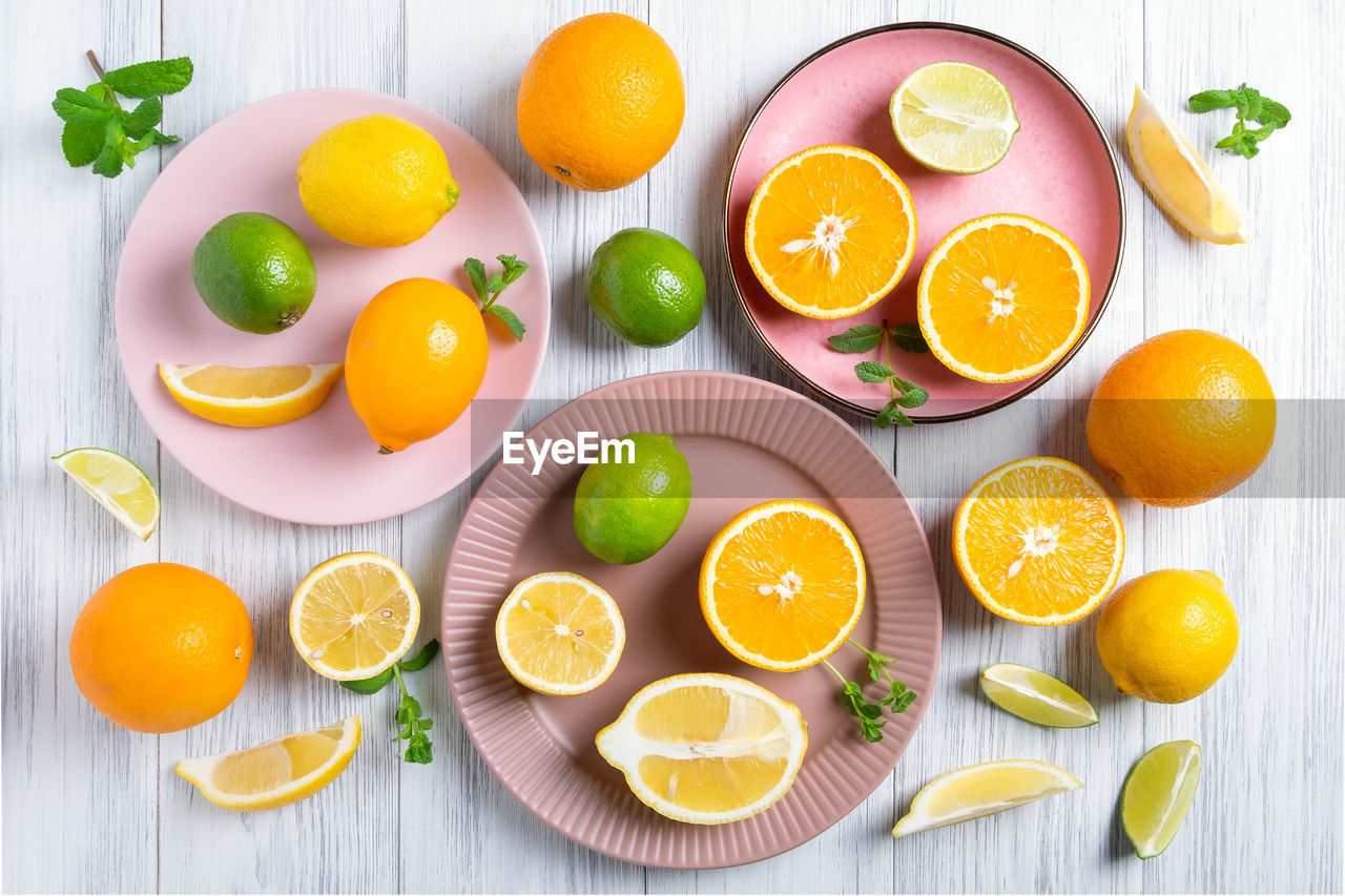 DIRECTLY ABOVE SHOT OF ORANGE FRUITS IN PLATE ON TABLE
