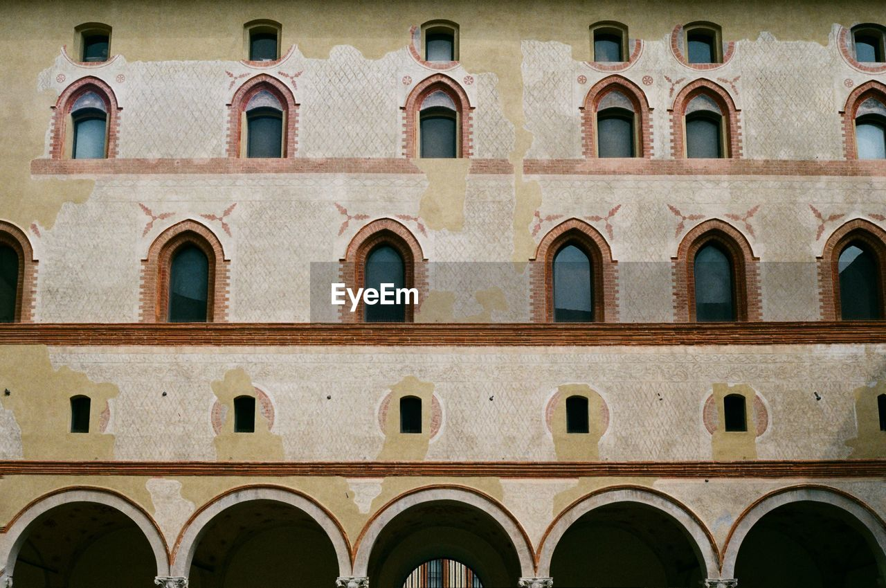 built structure, arch, architecture, window, building exterior, no people, day, full frame, side by side, building, repetition, backgrounds, history, outdoors, the past, low angle view, pattern, old, in a row, nature, architectural column, arched