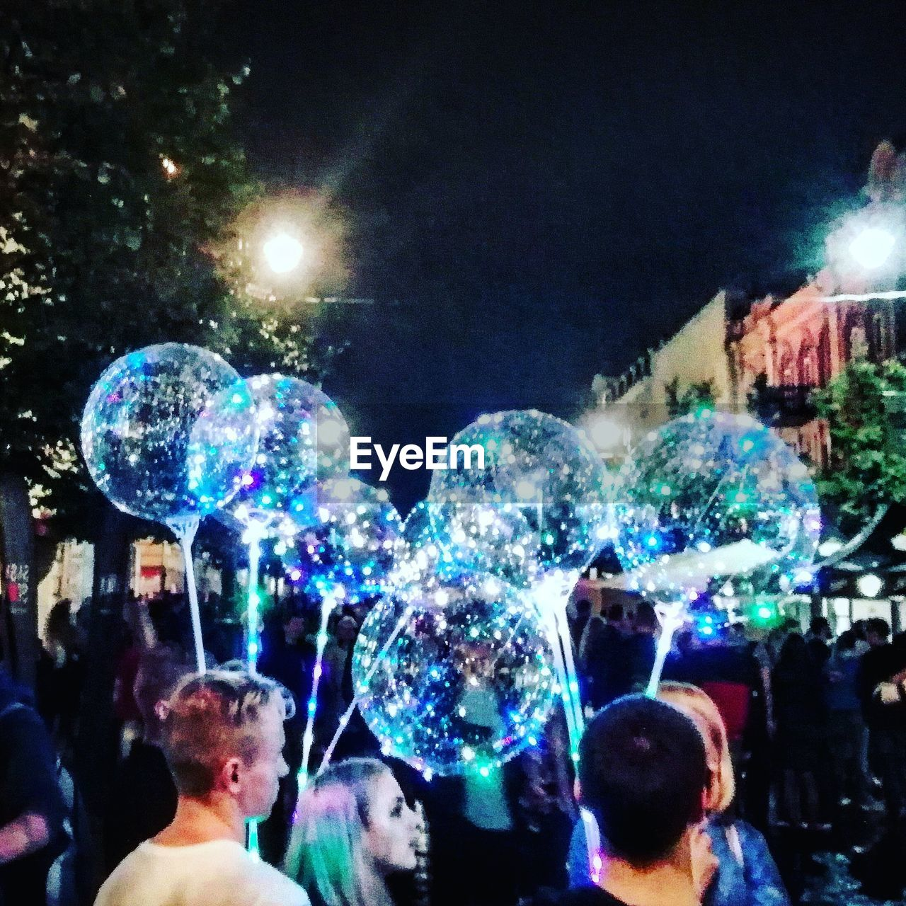 bubble, real people, group of people, illuminated, night, multi colored, vulnerability, fragility, people, women, soap sud, men, leisure activity, adult, fun, lifestyles, enjoyment, light - natural phenomenon, crowd, nightlife