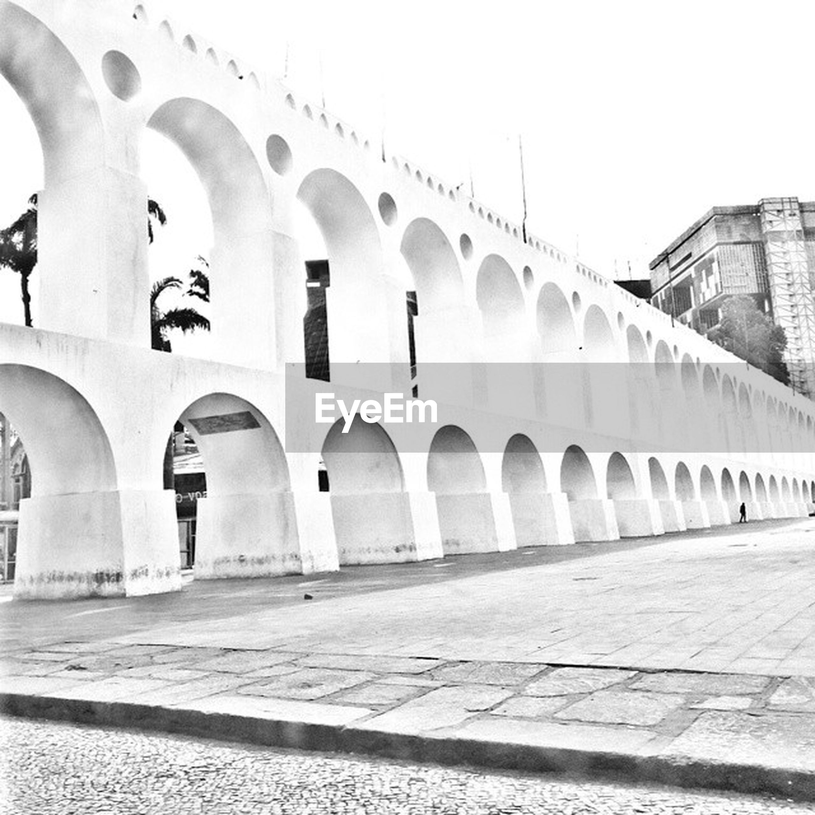 architecture, built structure, arch, building exterior, history, architectural column, arched, famous place, in a row, travel destinations, colonnade, tourism, travel, archway, day, building, arcade, architectural feature, historic, column