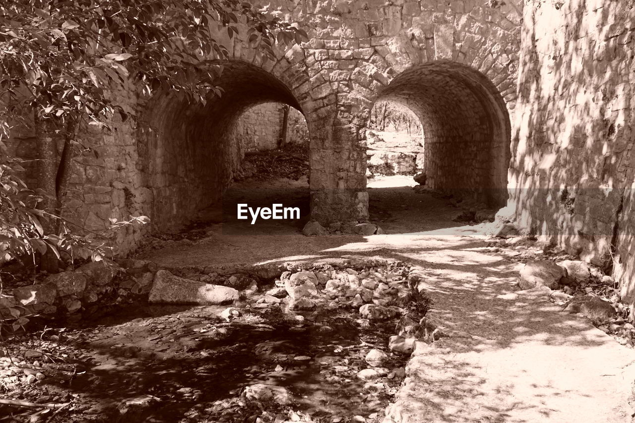 arch, architecture, indoors, built structure, ancient, cellar, no people, day
