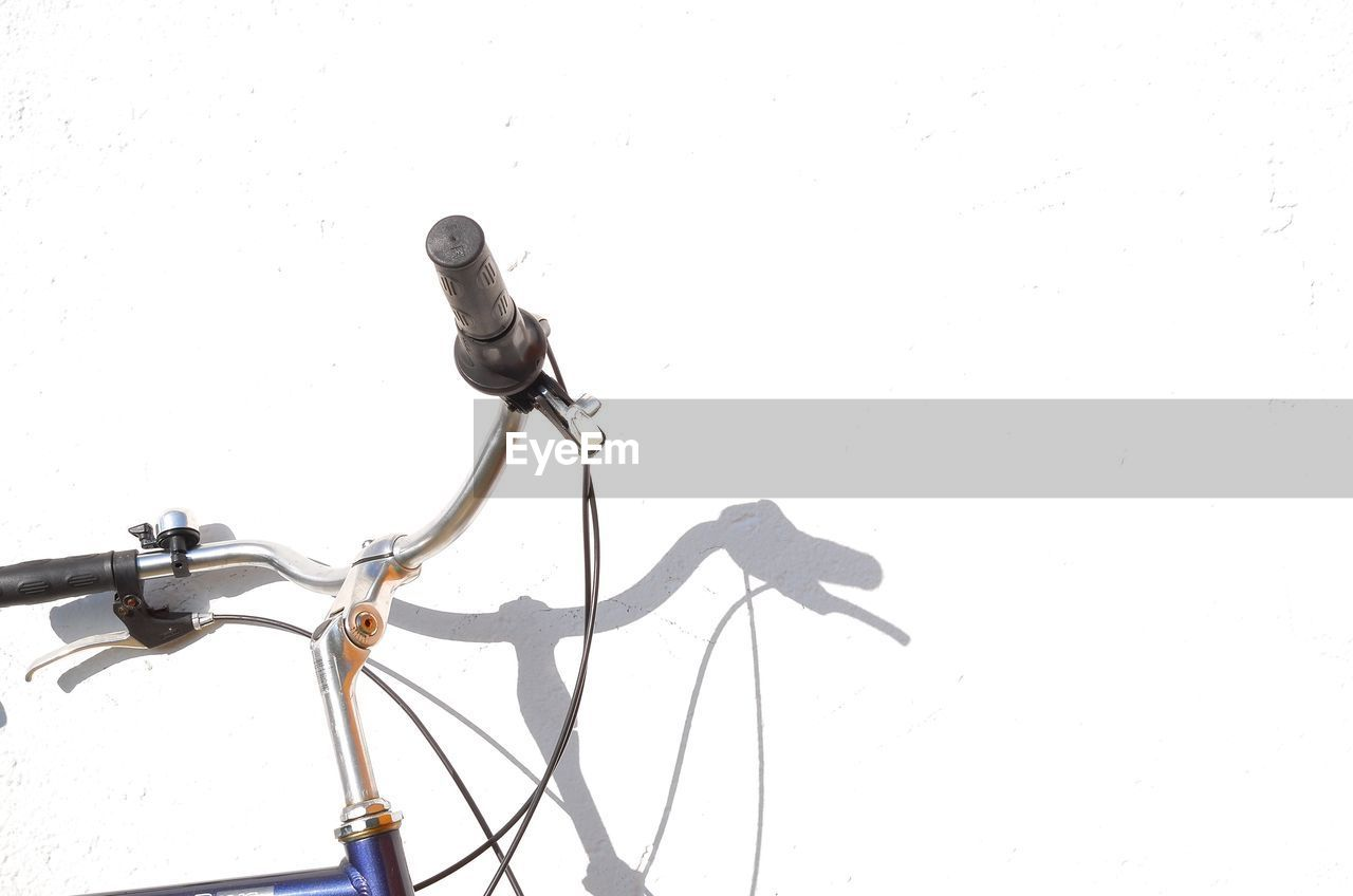 bicycle, white background, copy space, land vehicle, studio shot, handlebar, transportation, mode of transportation, no people, metal, close-up, indoors, handle, cable, wall - building feature, stationary, technology, nature, day, cut out