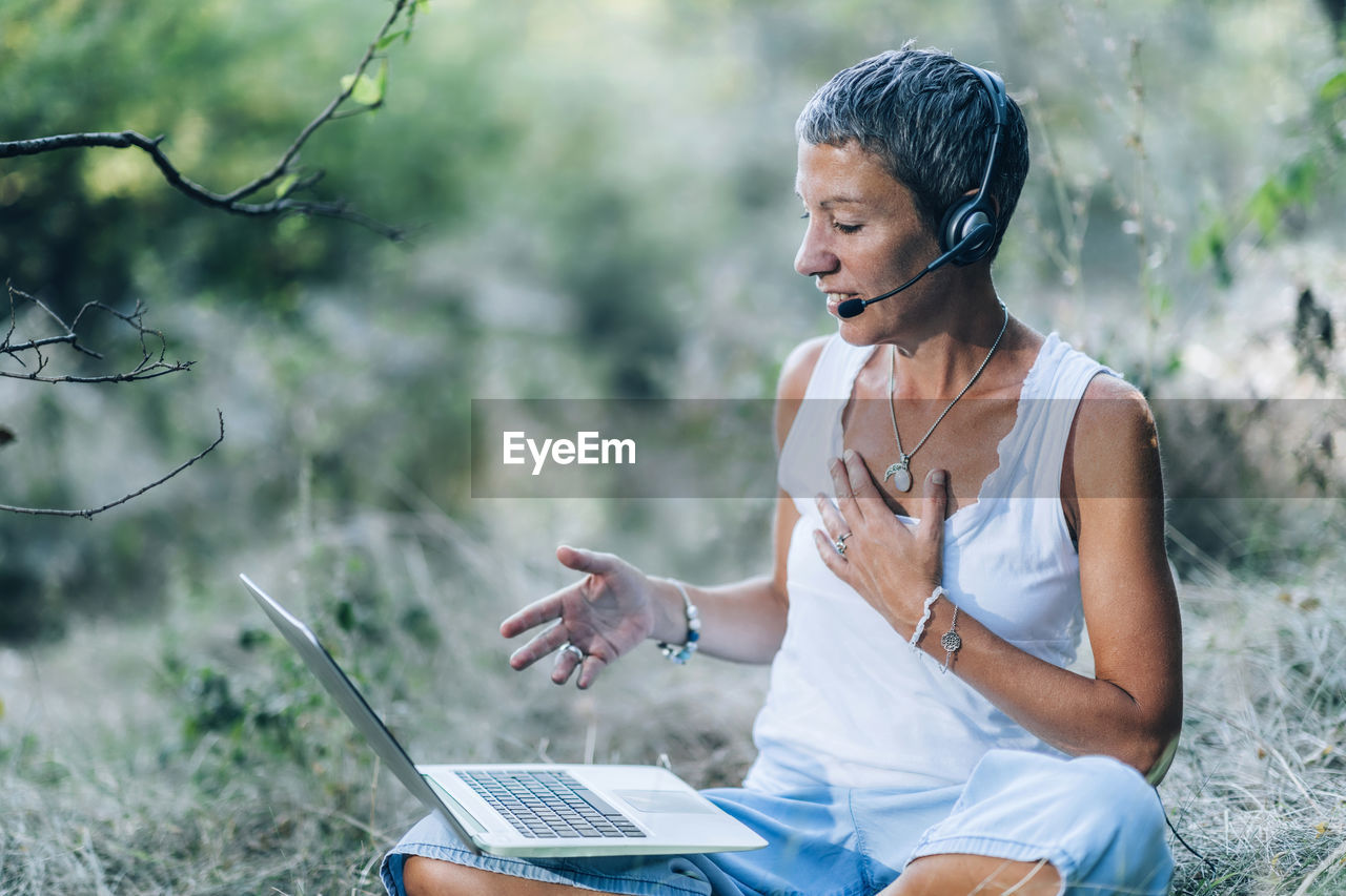 Remote healing therapy. personal development coach working with a client over the internet