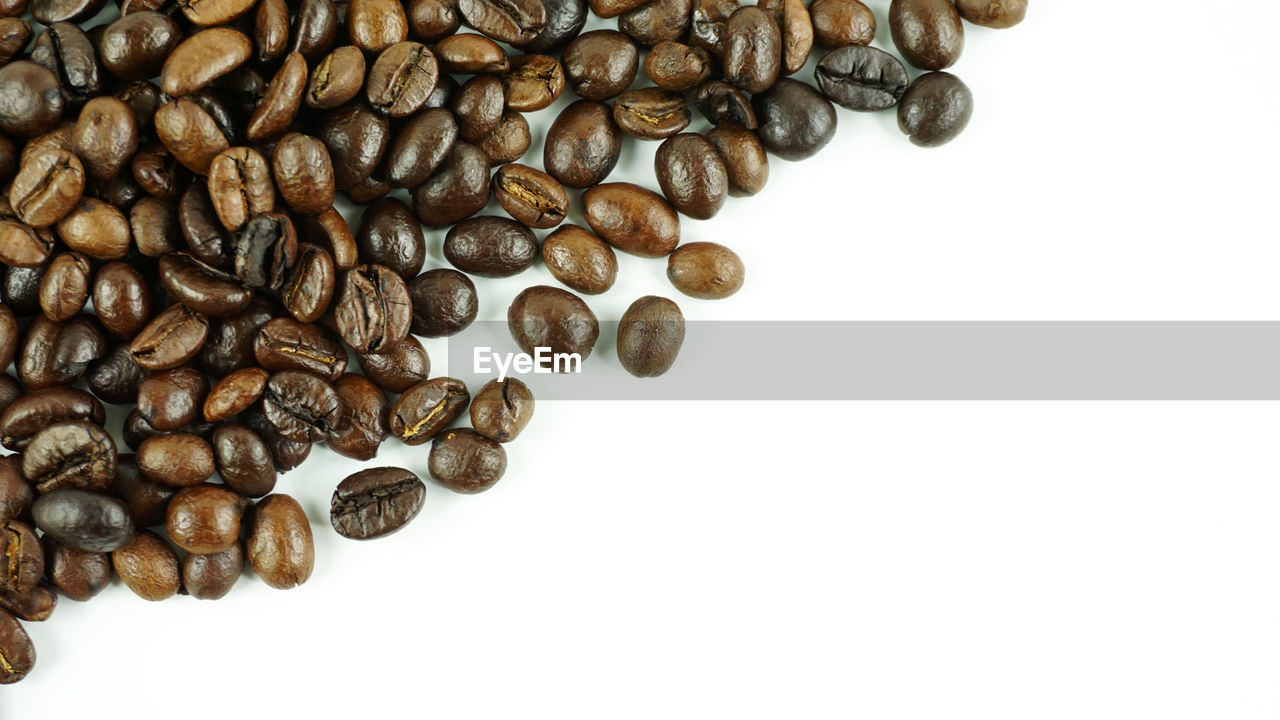 white background, large group of objects, brown, coffee, coffee - drink, still life, food and drink, indoors, copy space, studio shot, roasted coffee bean, no people, close-up, food, freshness, coffee bean, abundance, high angle view, drink, roasted, caffeine