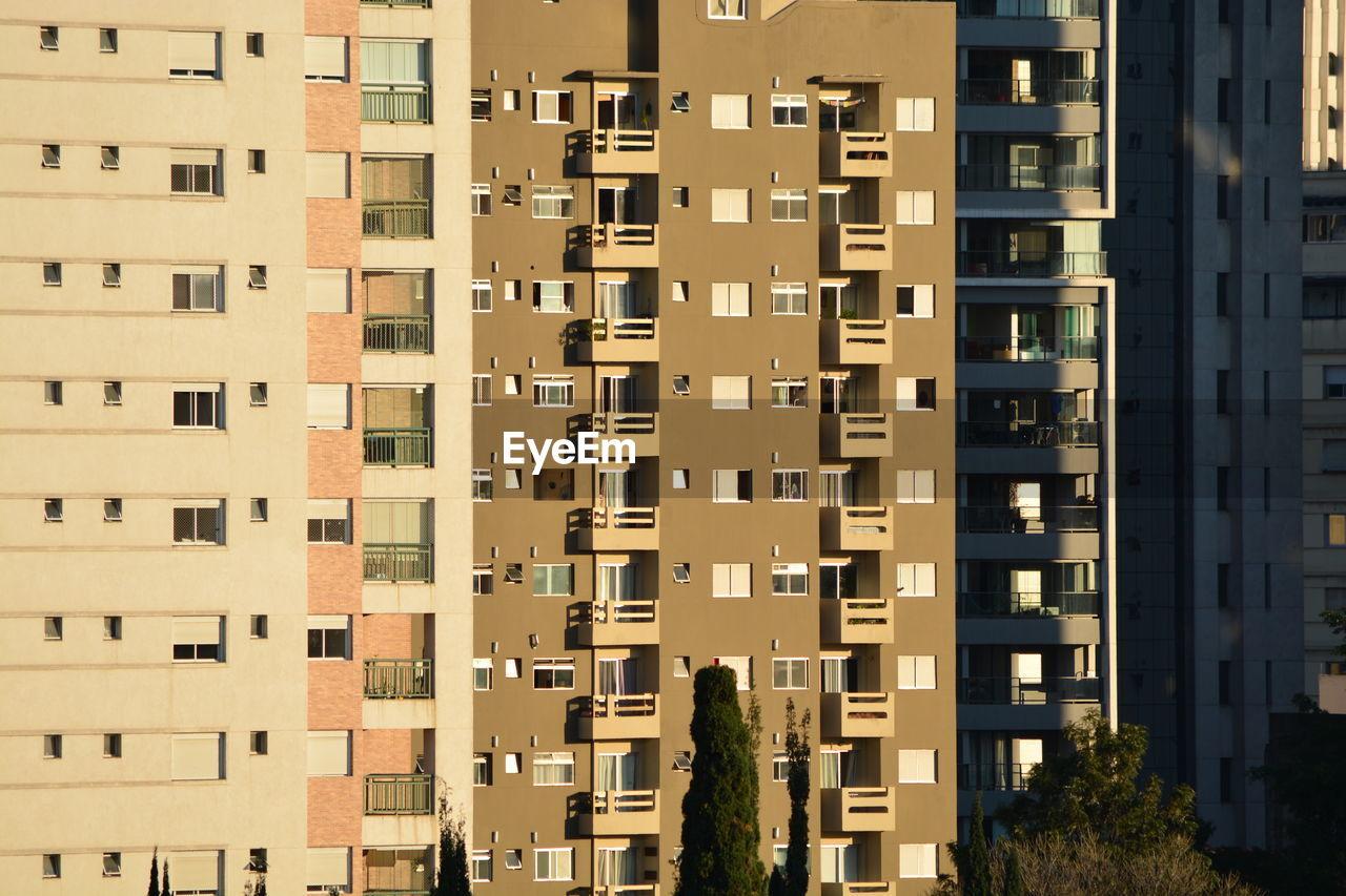 FULL FRAME SHOT OF BUILDINGS AGAINST SKY