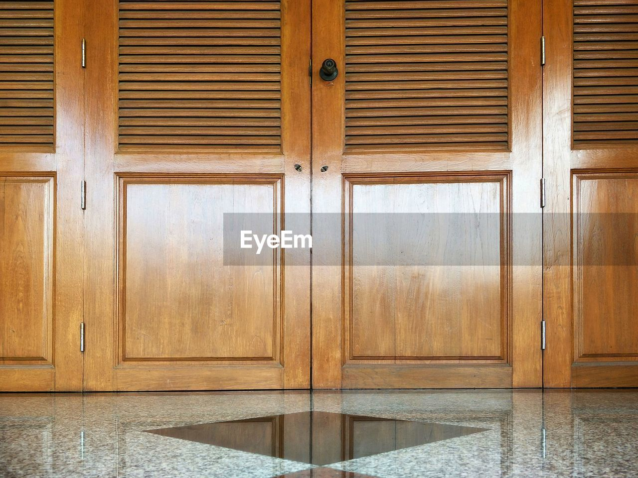 wood - material, no people, indoors, pattern, brown, architecture, day, full frame, built structure, wood, door, home interior, entrance, closed, wall - building feature, house, flooring, safety, building