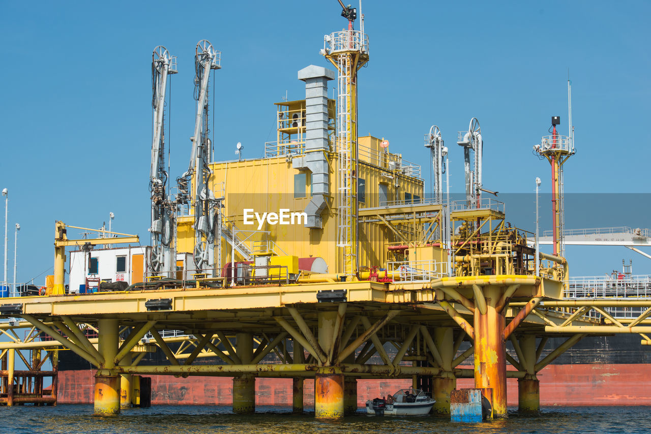 industry, day, oil industry, fuel and power generation, built structure, outdoors, oil refinery, sea, no people, technology, drilling rig, architecture, offshore platform, sky