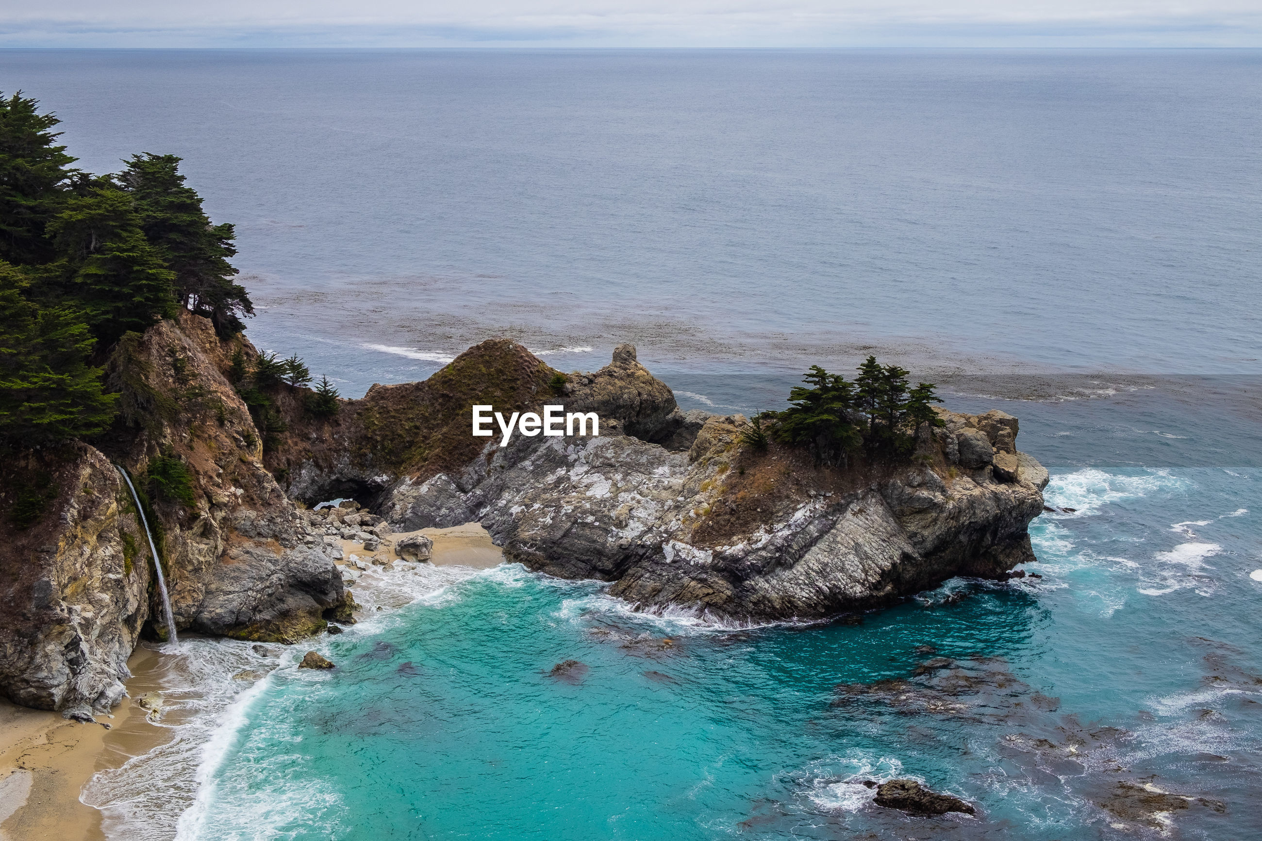 HIGH ANGLE VIEW OF ROCKS ON SEA AGAINST SKY