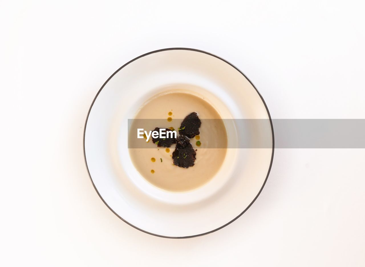 plate, white background, food and drink, food, studio shot, still life, no people, freshness, directly above, close-up, dessert, sweet food, ready-to-eat, indoors, day