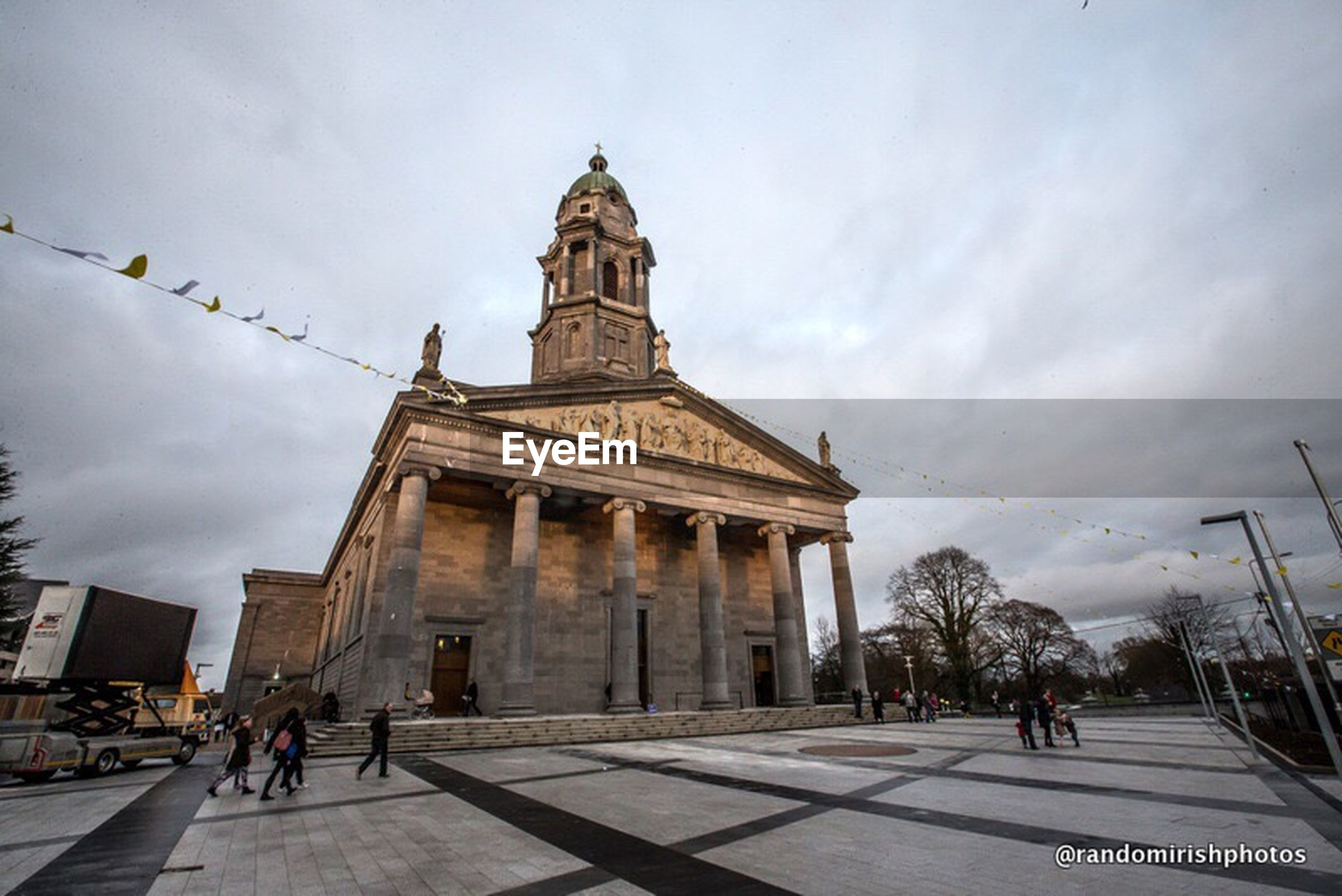 architecture, built structure, sky, building exterior, cloud - sky, travel destinations, famous place, cloudy, cloud, tourism, travel, low angle view, large group of people, history, men, city, person, walking, incidental people