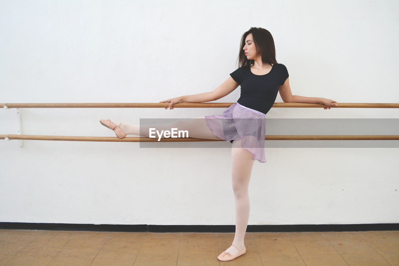 ballet, ballet dancer, dancing, one person, indoors, skill, ballet studio, full length, concentration, balance, practicing, young women, standing, elegance, flexibility, beauty, young adult, women, real people, beautiful woman, wood, leg, tiptoe, human arm