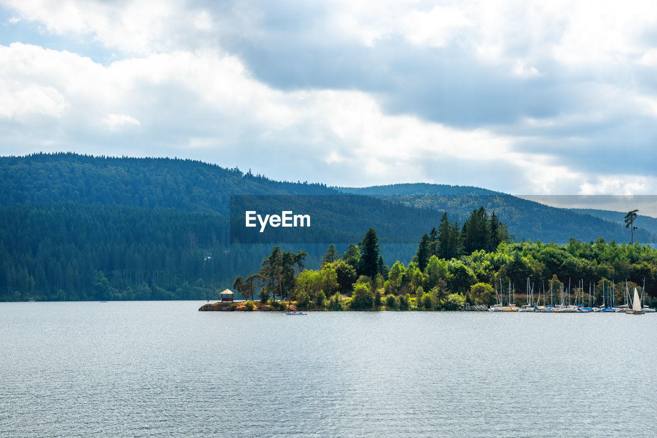 SCENIC VIEW OF LAKE BY TREE MOUNTAINS AGAINST SKY