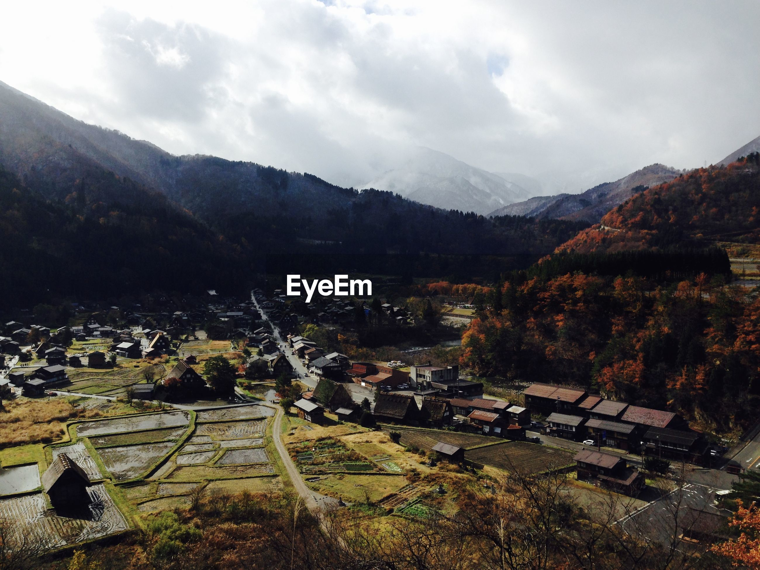 HIGH ANGLE VIEW OF TOWNSCAPE AGAINST MOUNTAIN
