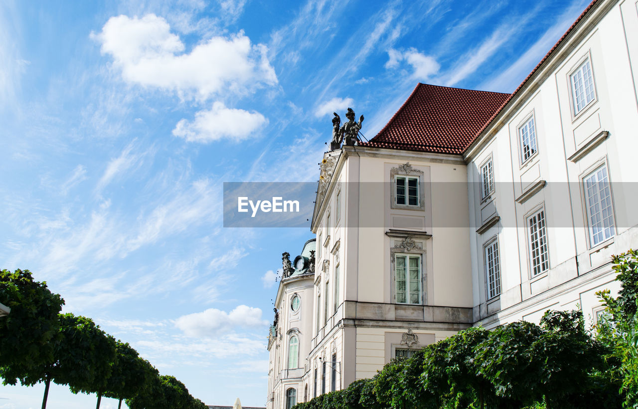building exterior, architecture, cloud - sky, built structure, sky, building, plant, tree, low angle view, nature, window, day, no people, residential district, house, outdoors, roof, green color, city, growth