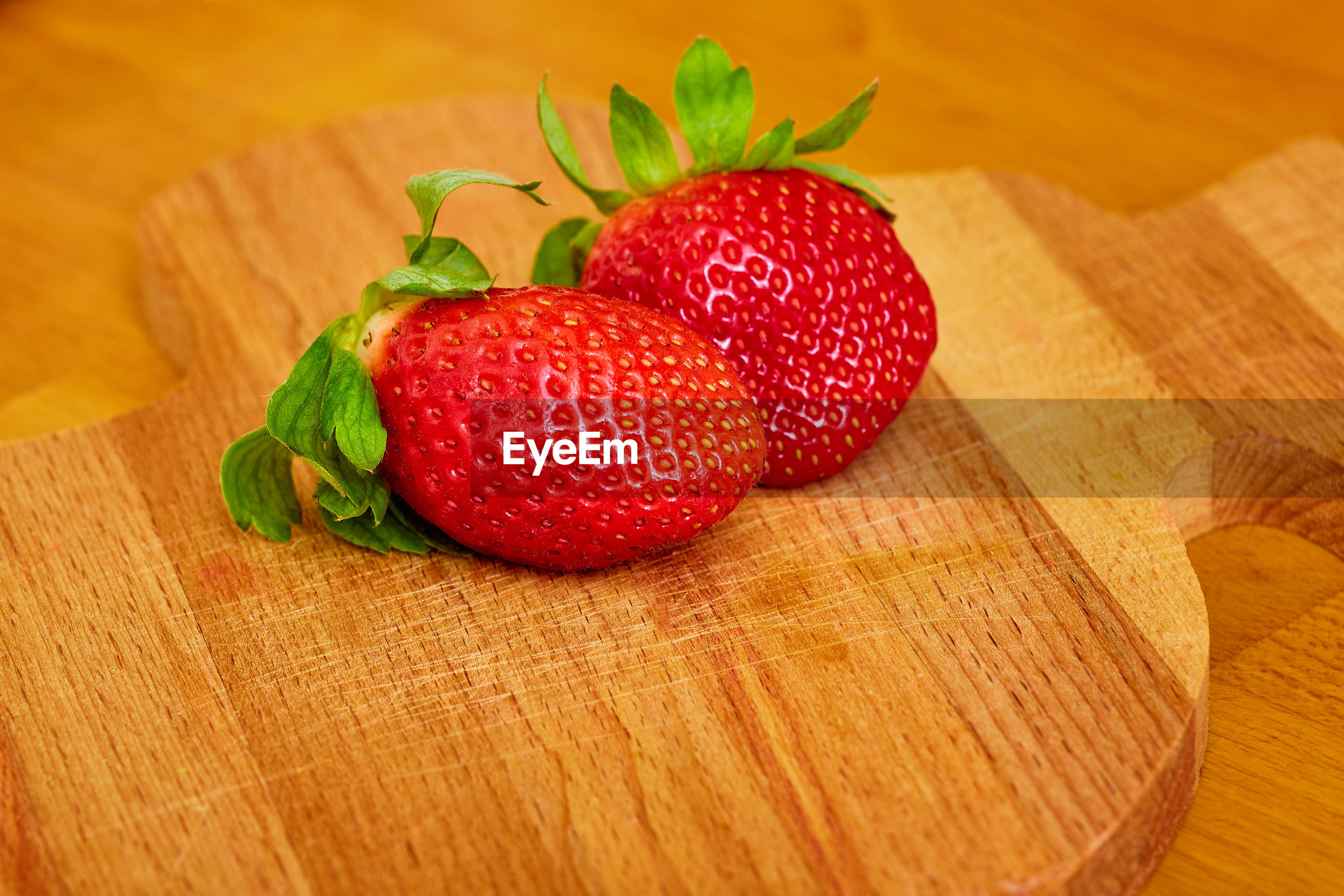 HIGH ANGLE VIEW OF STRAWBERRIES ON CUTTING BOARD