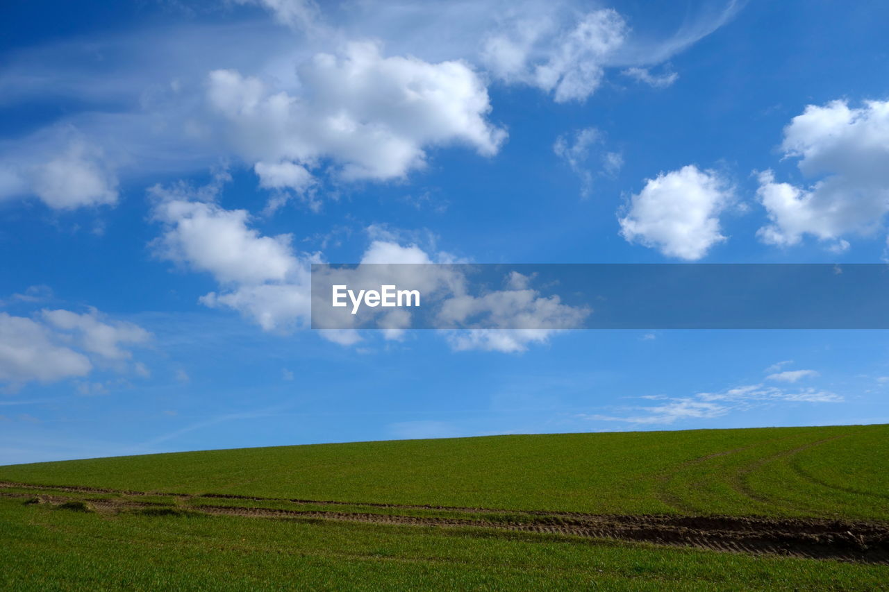 SCENIC VIEW OF RURAL LANDSCAPE AGAINST SKY