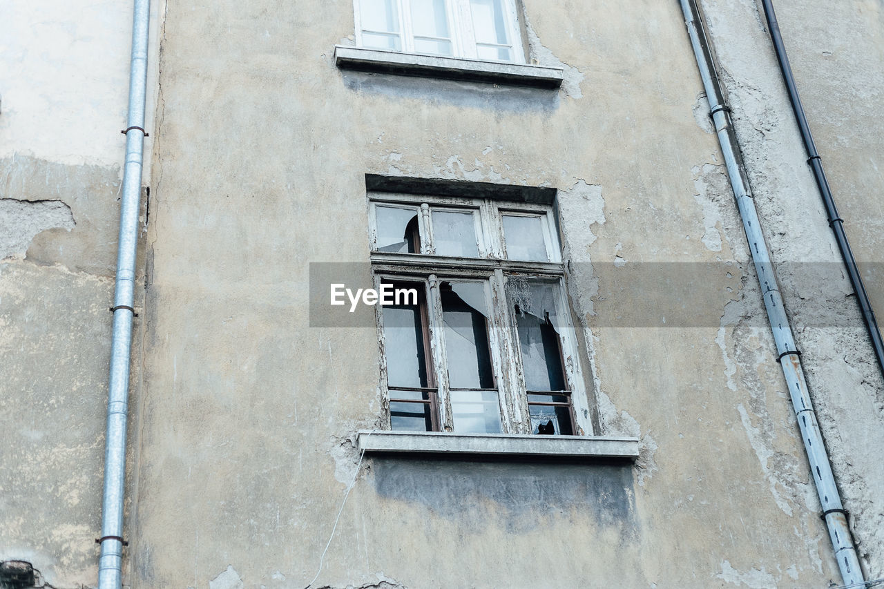 built structure, building exterior, architecture, window, low angle view, building, no people, day, residential district, old, outdoors, full frame, abandoned, weathered, wall - building feature, damaged, city, backgrounds, glass - material, design, apartment