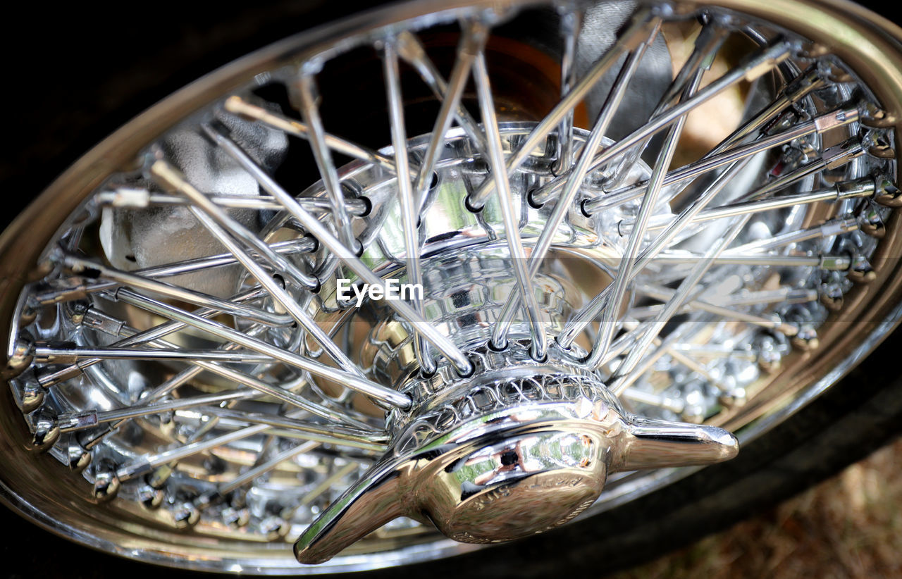 metal, wheel, bicycle, land vehicle, close-up, no people, transportation, mode of transportation, spoke, focus on foreground, high angle view, day, indoors, selective focus, container, still life, shiny, pattern, vehicle part, silver colored