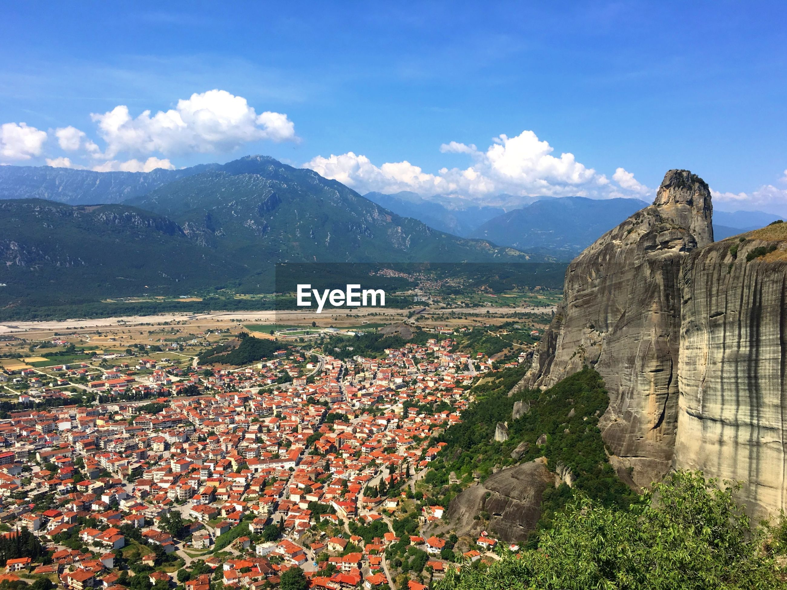 VIEW OF TOWNSCAPE AGAINST MOUNTAIN