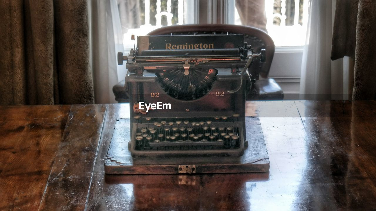 old-fashioned, indoors, retro styled, home interior, day, music, typewriter, no people, technology