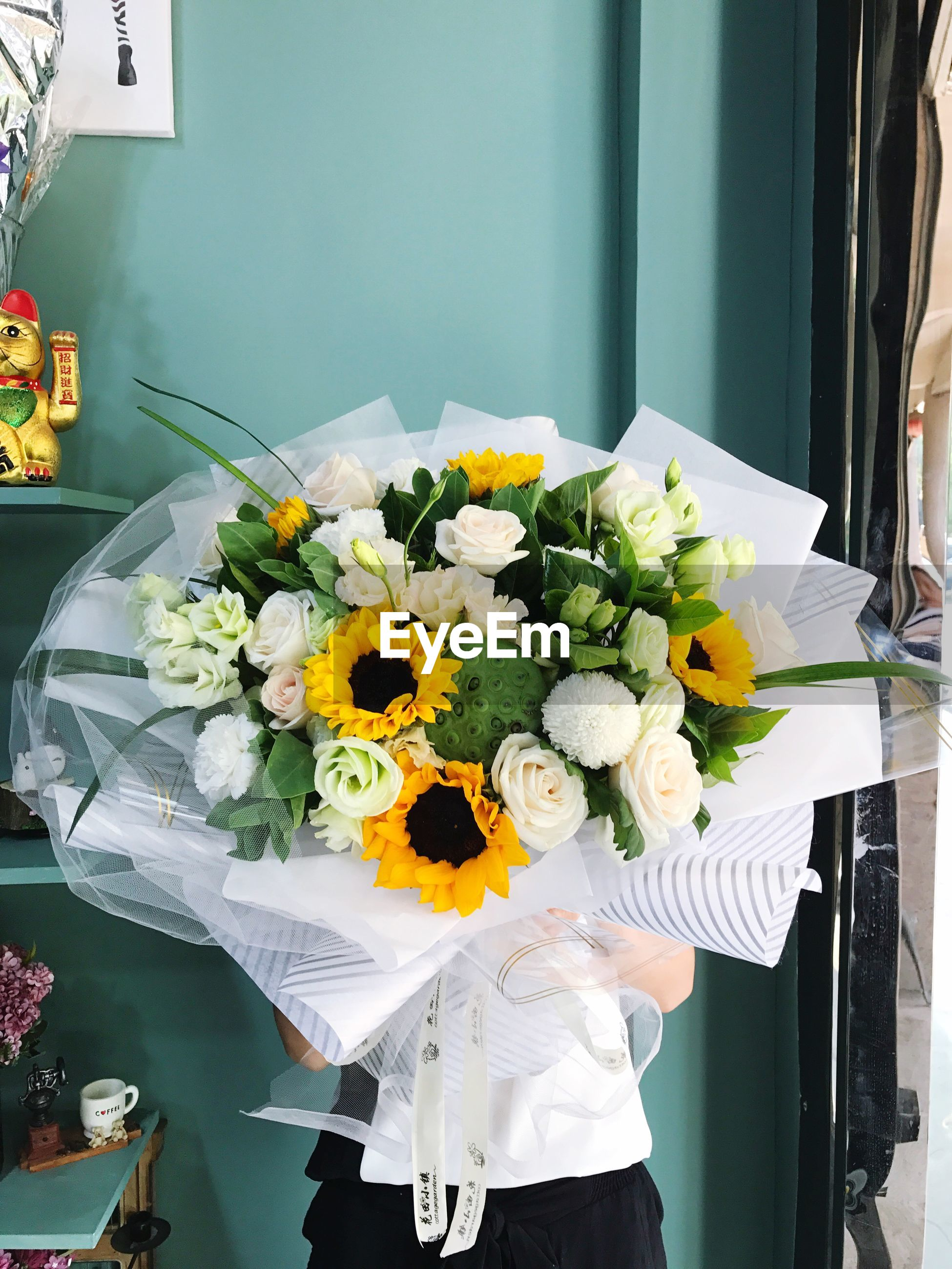 flower, bouquet, freshness, flower arrangement, one person, fragility, vase, yellow, indoors, real people, flower shop, flower head, day, women, human hand, close-up