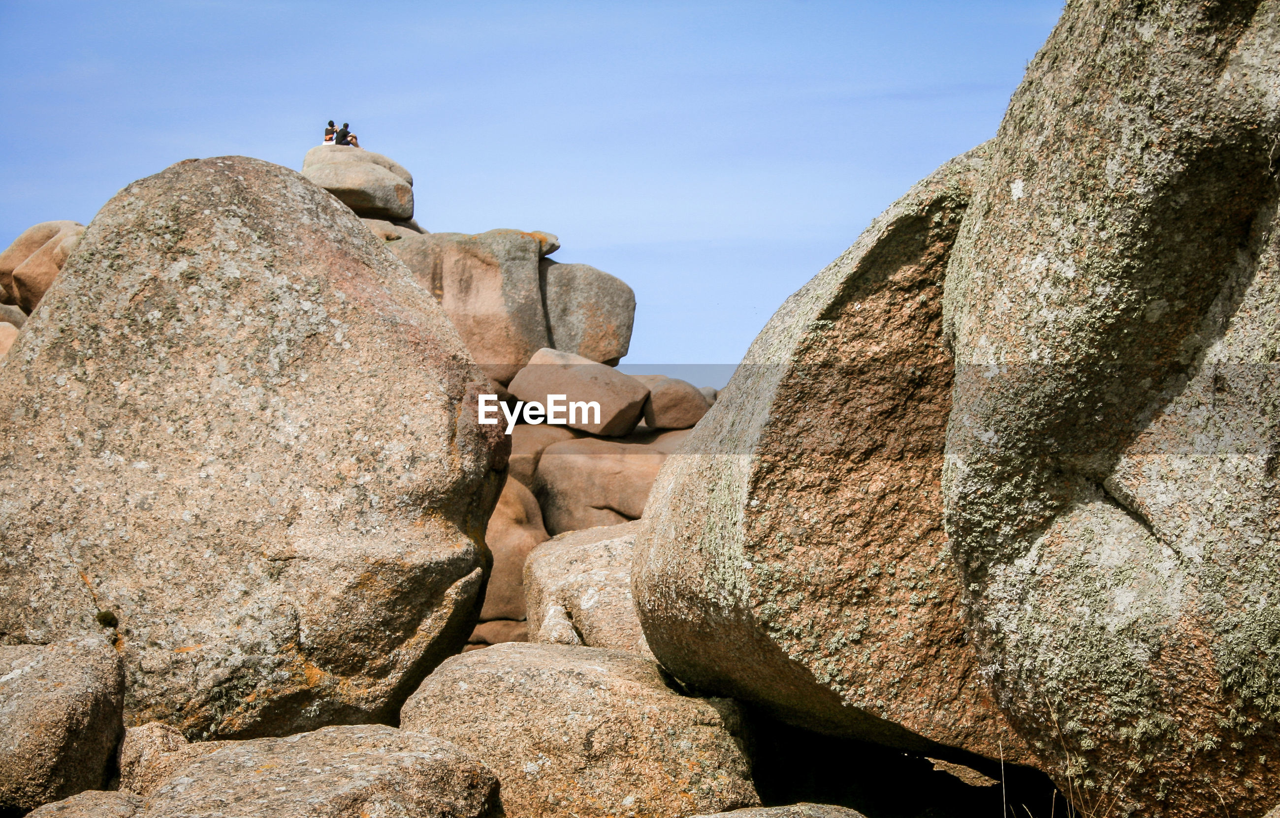 LOW ANGLE VIEW OF STATUE AGAINST ROCKS