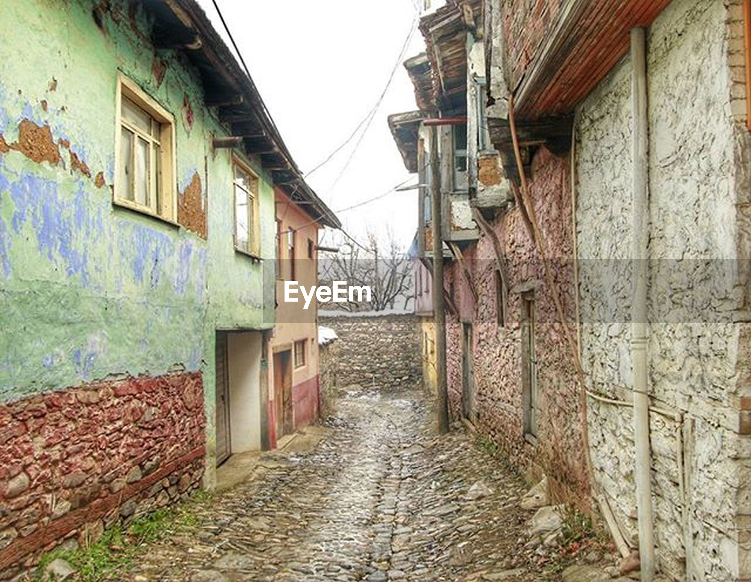 architecture, built structure, building exterior, the way forward, narrow, residential structure, house, residential building, building, alley, diminishing perspective, street, window, wall - building feature, vanishing point, cobblestone, walkway, wall, town, old