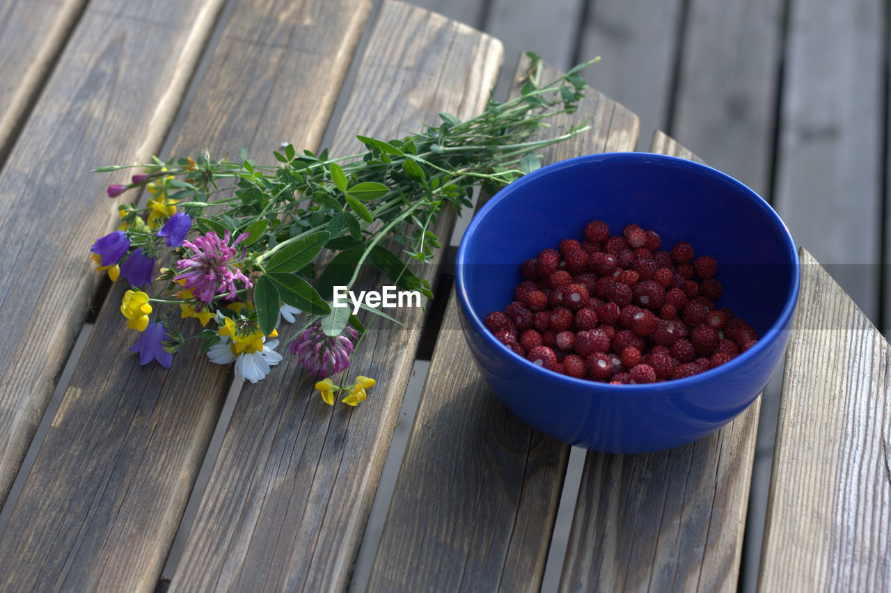 HIGH ANGLE VIEW OF FLOWERS IN BOWL ON TABLE