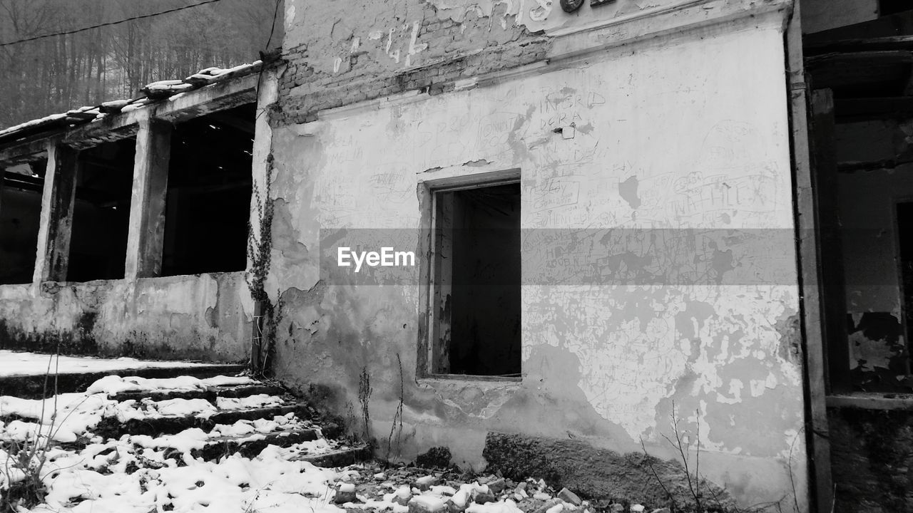 architecture, built structure, building exterior, building, window, door, entrance, old, no people, abandoned, house, day, damaged, residential district, weathered, run-down, outdoors, obsolete, wall, nature, deterioration, ruined