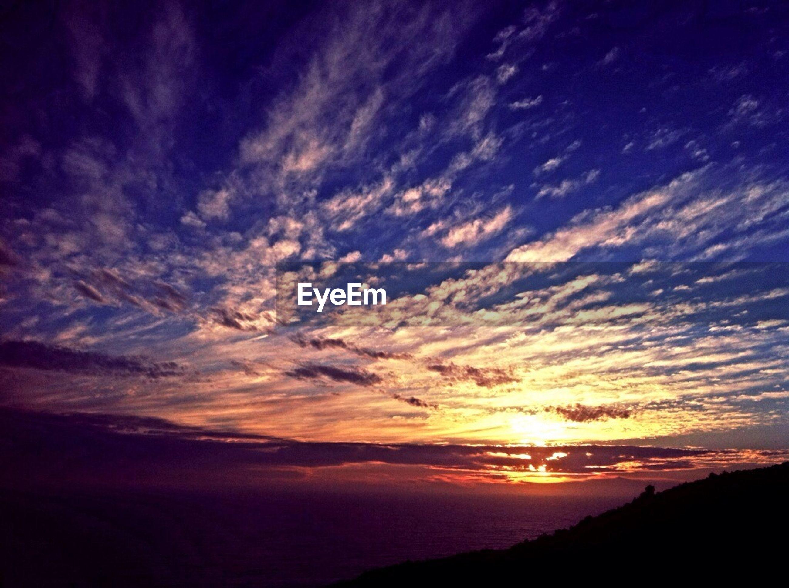 scenics, tranquil scene, sunset, sky, tranquility, beauty in nature, silhouette, cloud - sky, nature, idyllic, sun, cloud, sunlight, sea, sunbeam, majestic, landscape, dramatic sky, outdoors, cloudy
