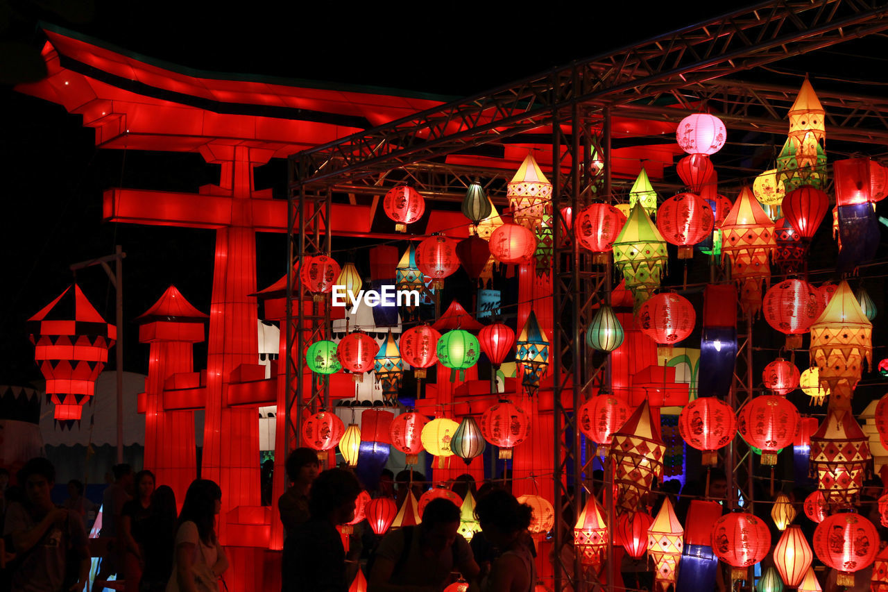 hanging, chinese lantern, lighting equipment, lantern, red, celebration, illuminated, night, chinese lantern festival, chinese new year, cultures, paper lantern, outdoors, traditional festival, real people, built structure