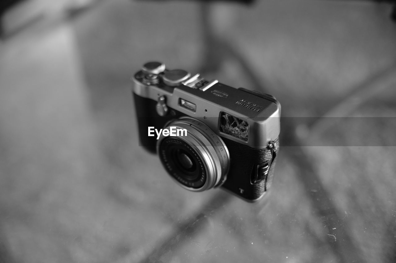 camera - photographic equipment, photography themes, retro styled, old-fashioned, photographic equipment, focus on foreground, photographing, technology, antique, close-up, camera, no people, indoors, day