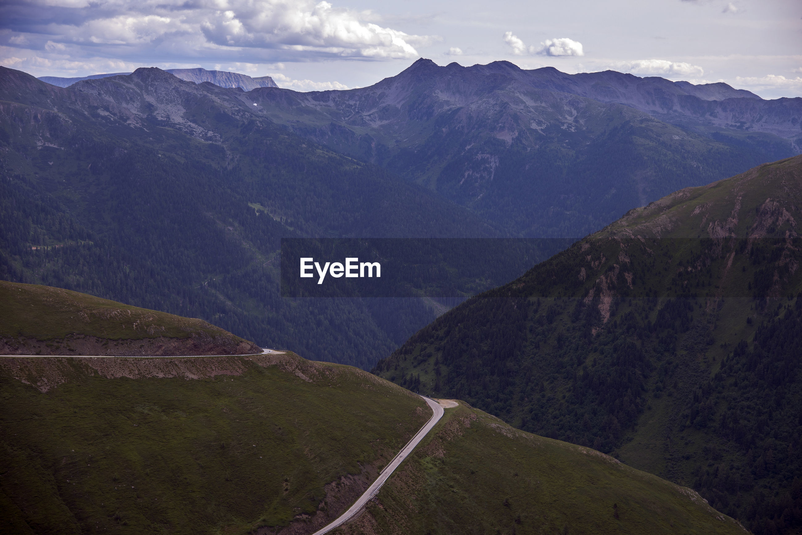 SCENIC VIEW OF MOUNTAIN ROAD AGAINST SKY
