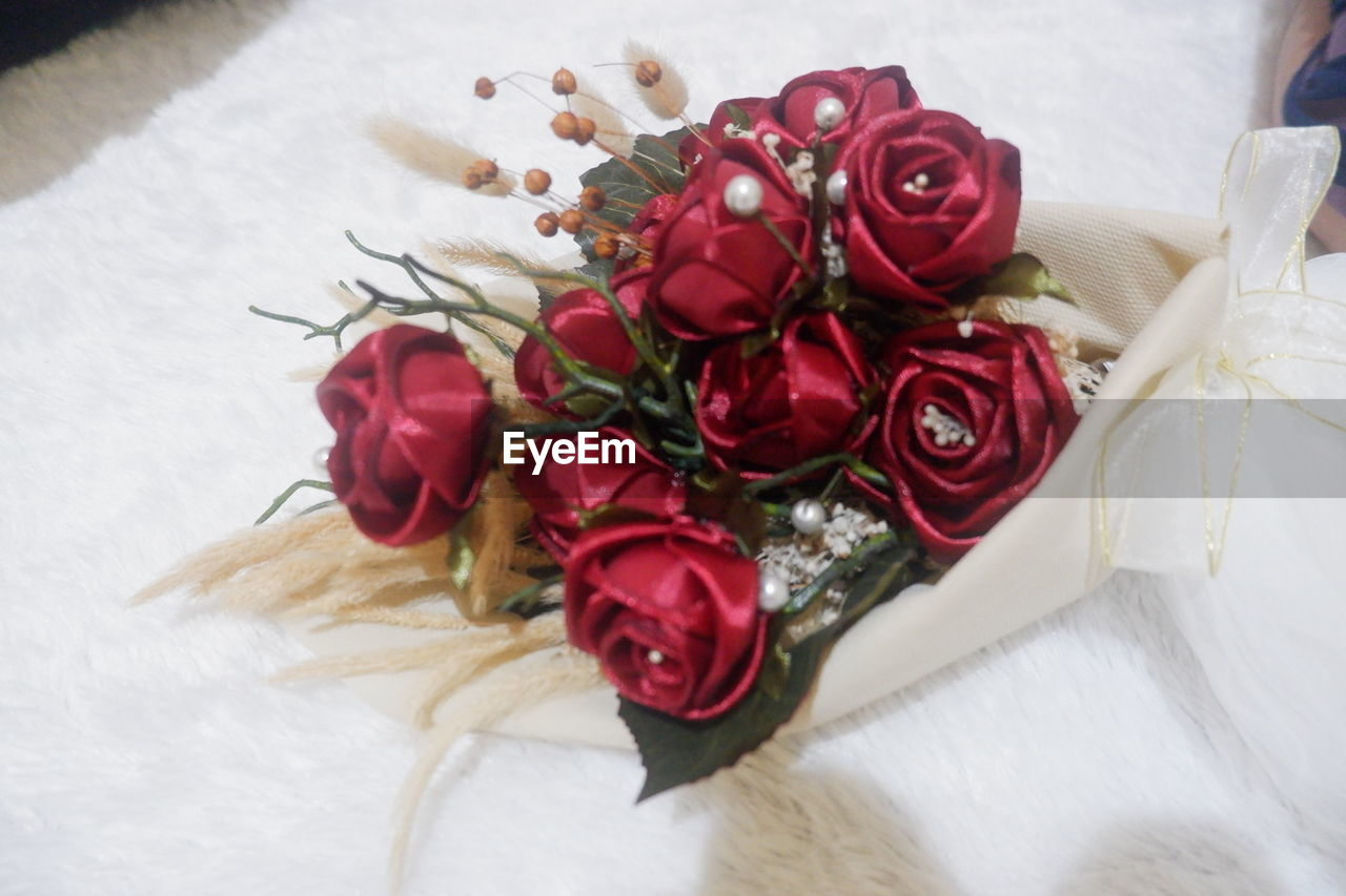 flower, flowering plant, rose, plant, beauty in nature, rose - flower, flower arrangement, freshness, indoors, bouquet, close-up, petal, red, nature, flower head, table, inflorescence, still life, no people, decoration, bunch of flowers