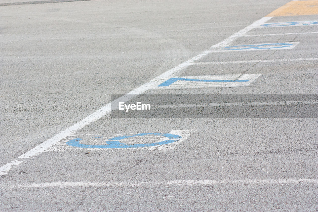 HIGH ANGLE VIEW OF ARROW SIGN ON STREET