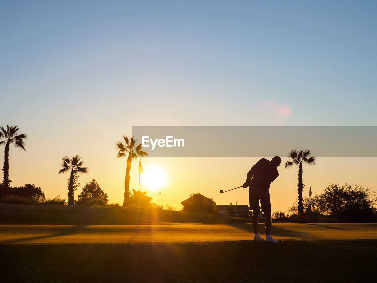 sky, sunset, one person, real people, tree, lifestyles, leisure activity, nature, plant, silhouette, palm tree, sunlight, beauty in nature, full length, scenics - nature, tropical climate, copy space, sport, standing, sun, outdoors, skill