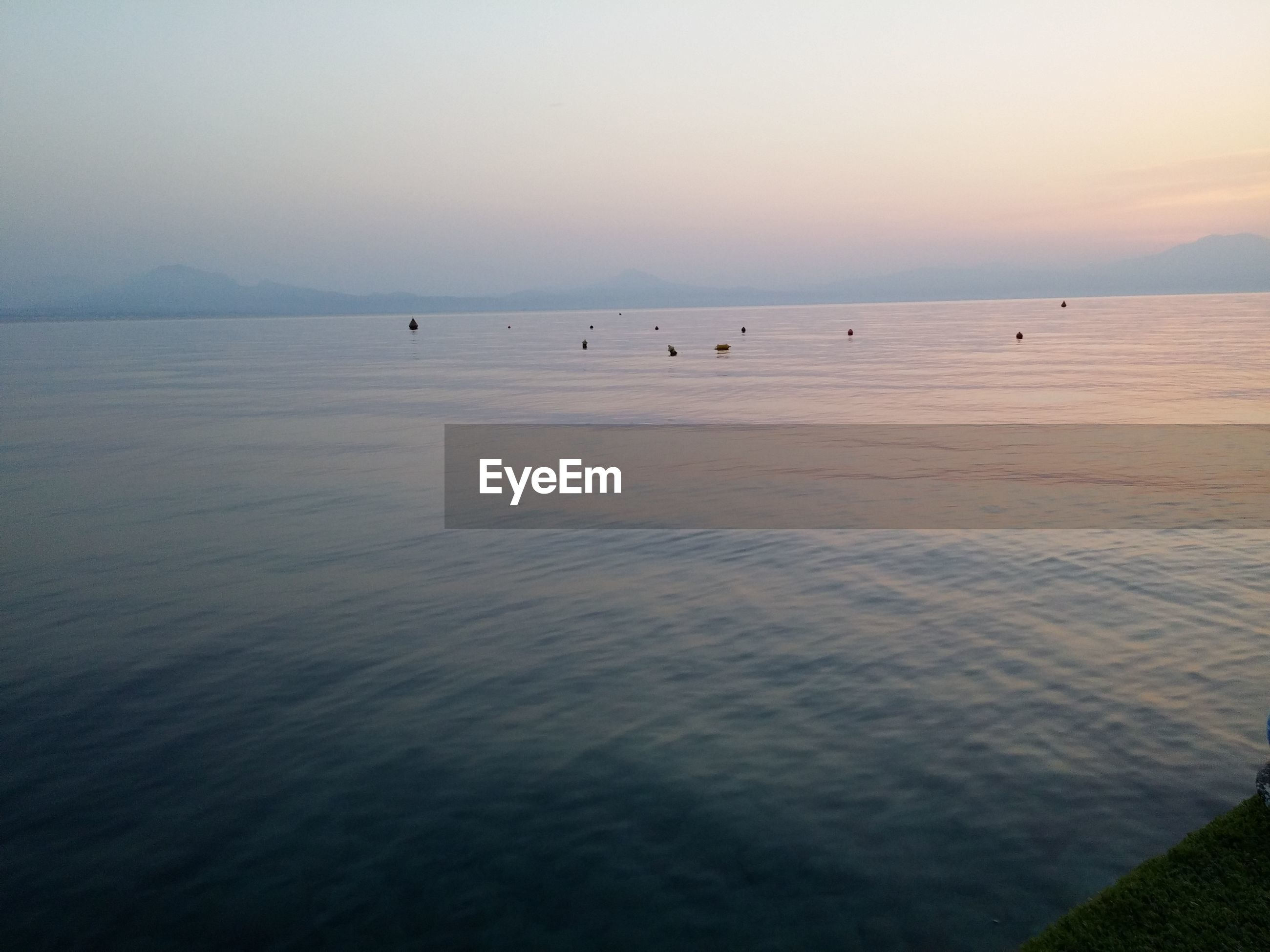 sea, water, horizon over water, tranquil scene, scenics, tranquility, beauty in nature, beach, sky, nature, sunset, idyllic, waterfront, copy space, rippled, seascape, shore, incidental people, clear sky, outdoors