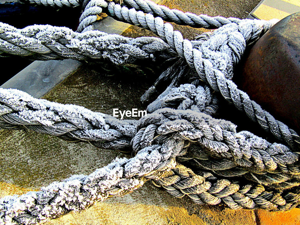 rope, strength, tied knot, tied up, durability, no people, connection, day, close-up, outdoors, cleat, thick, nautical vessel