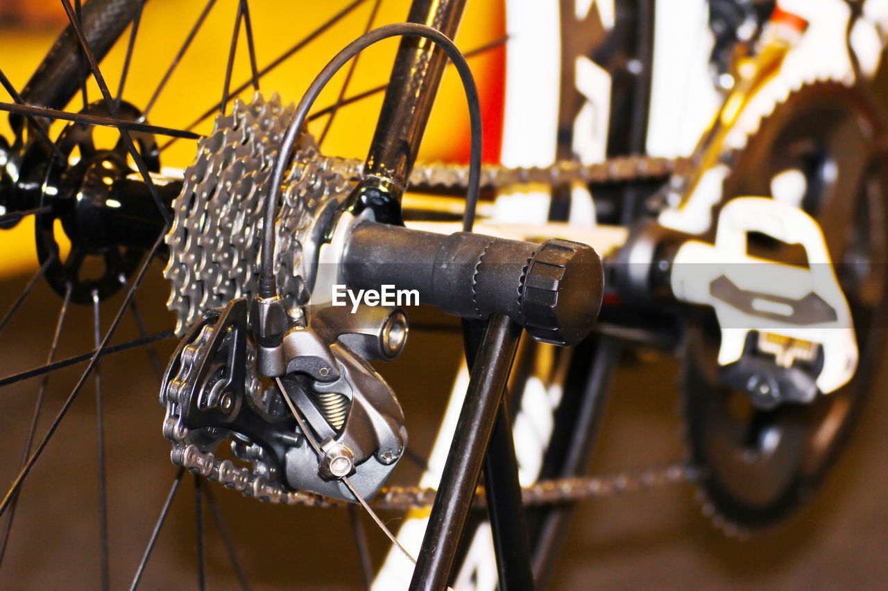 CLOSE-UP OF BICYCLE WHEEL OF CHAIN