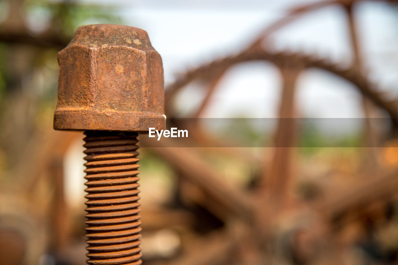 metal, rusty, close-up, no people, focus on foreground, bolt, nut - fastener, day, old, decline, deterioration, run-down, damaged, weathered, brown, selective focus, obsolete, outdoors, abandoned, screw