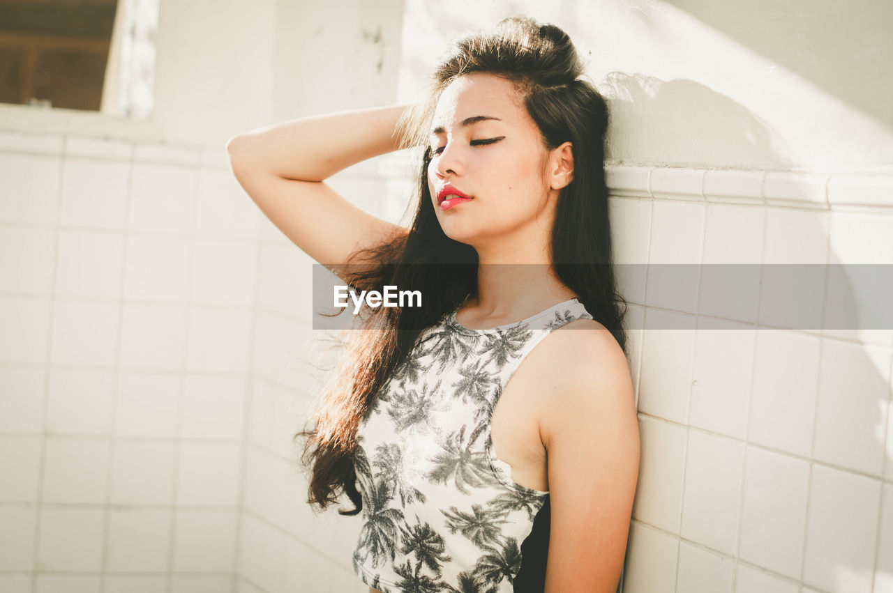 real people, young adult, young women, one person, lifestyles, hand in hair, leisure activity, beautiful woman, standing, front view, bathroom, indoors, day, close-up